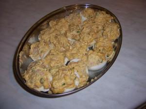 jajka faszerowane na półmisku