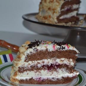 Tort kakaowy z czekoladową bitą śmietaną